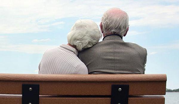 Pai e mãe sentados no banco.