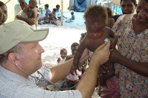 Irmão Jerzy Kuzma, médico, atendendo crianças no campo de refugiados